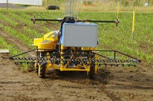 یک ربات کشاورز که در حال کاشت